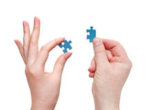 Le mani maschii e femminili con poco puzzle collega Fotografie Stock Libere da Diritti