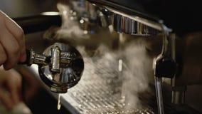 Le mani maschii fissano la macchinetta del caffè per preparare lentamente archivi video