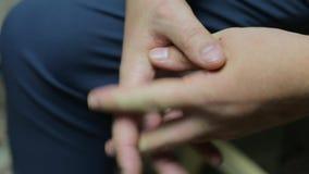 le mani maschii si chiudono su video d archivio