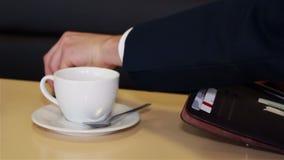 Le mani maschii si chiudono sul pagamento nei caffè in denaro e la carta di credito archivi video