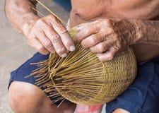 Le mani maschii stanno creando un fishtrap fotografia stock libera da diritti