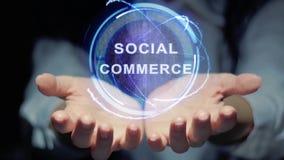 Le mani mostrano ad ologramma rotondo il commercio sociale video d archivio