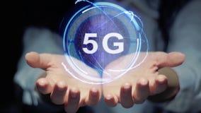 Le mani mostrano l'ologramma rotondo 5G archivi video
