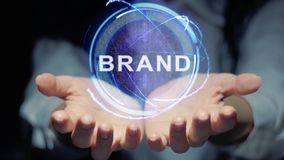 Le mani mostrano la marca rotonda dell'ologramma stock footage