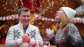 Le mani nel Natale giusto, risata dei fiocchi di neve dei fermi dell'uomo e della giovane donna delle coppie passa insieme il tem stock footage