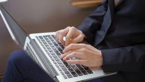 Le mani ordinate di signora di affari stanno scrivendo il testo a macchina su un computer portatile durante il viaggio in treno stock footage