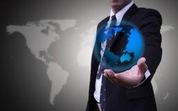 Le mani più vicine su, persone di affari portano gli abiti blu-emessi luce del globo su un fondo o su un concetto grigio dietro u Fotografia Stock Libera da Diritti