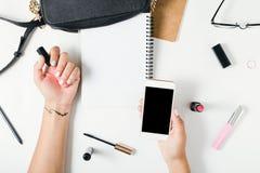 Le mani piane di disposizione della donna con l'estate variopinta manicure Fotografia Stock
