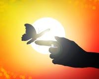Le mani raggiungono al sole, liberante le farfalle illustrazione vettoriale