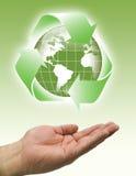 Le mani riciclano il verde del mondo illustrazione vettoriale