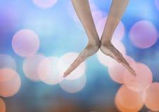 Le mani si aprono a forma di v con il fondo leggero scintillante del bokeh Fotografia Stock