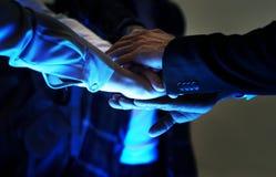 Le mani si uniscono come lavoro di squadra Fotografie Stock