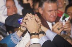 Le mani si uniscono per il governatore Bill Clinton durante il raduno di campagna di Denver nel 1992 il suo giorno finale di fare Fotografia Stock
