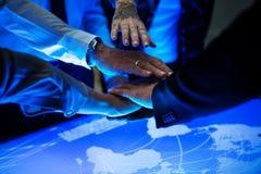 Le mani si uniscono in una riunione della tecnologia Immagine Stock Libera da Diritti