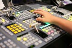 Le mani sopra si dissolvono dei bottoni dello scambista nella stazione televisiva dello studio, Audi Fotografie Stock Libere da Diritti