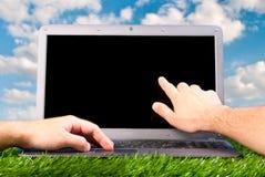 Le mani stanno lavorando al computer portatile Fotografia Stock Libera da Diritti