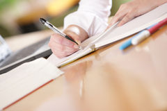 Le mani stanno scrivendo Fotografia Stock