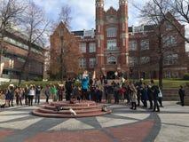 Le mani su camminano fuori all'istituto universitario di Westminster Immagini Stock Libere da Diritti