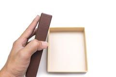 Le mani tenuta ed aprono la scatola (in bianco) vuota Fotografia Stock