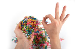 Le mani tiene le clip di carta e dà il gesto 3 Fotografie Stock