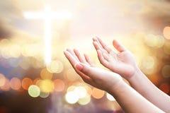 Le mani umane aprono il culto alto della palma La terapia dell'eucaristia benedice Dio lui fotografia stock libera da diritti