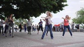 Le manifestazioni del coreografo ballano i movimenti per la femmina allegra all'aperto, balli dell'attivo che ridono le donne sul video d archivio