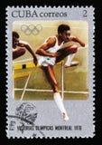 Le manifestazioni del francobollo di Cuba saltano il corridore, serie votata ai giochi di Montreal 1976, circa 1976 Fotografie Stock