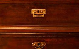 Le maniglie antiche con gli ornamenti fatti a mano su superficie di legno, il concetto degli oggetti antichi, la luce naturale, c immagini stock libere da diritti