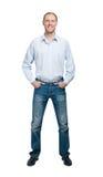 Le mannen i blå skjorta och jeanse som isoleras på vit backgroun Fotografering för Bildbyråer