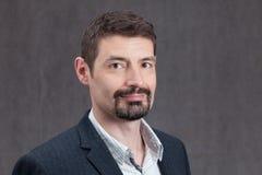 Le mannen i Forties med en pipskägg uppsöka och mustaschen Fotografering för Bildbyråer