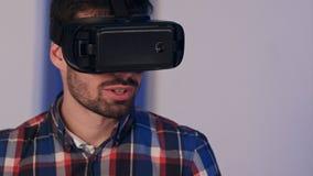 Le mannen i vrexponeringsglas som ser in i kameran efter virtuell verklighetperiod Arkivfoton