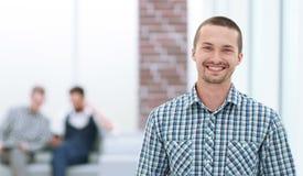 Le mannen med ett digitalt minnestavlaanseende i kontoret arkivbild