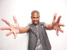 Le mannen med utsträckta armar och händer öppnar Arkivfoto