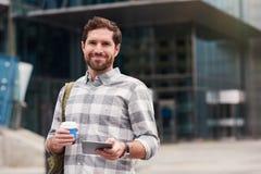 Le mannen som använder en minnestavla, medan gå i staden arkivbild