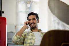 Le mannen som i regeringsställning talar på telefonen Arkivfoton