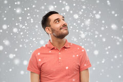 Le mannen som ser upp över snöbakgrund Royaltyfria Foton