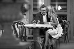 Le mannen som talar till en kvinna i kafét Arkivfoto