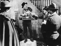 Le mannen som tar vad i gatan (alla visade personer inte är längre uppehälle, och inget gods finns Leverantörgarantier det royaltyfri fotografi