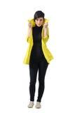 Le mannequin assez femelle en automne vêtx tenir et tirer vers le haut le collier de manteau Image stock