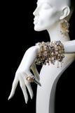 Le mannequin avec des bijoux sonne des bracelets et des boucles d'oreille Photographie stock