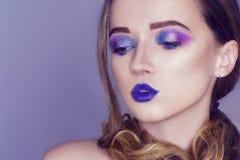 Le mannequin avec le rose cr?atif et le bleu composent Portrait d'art de beaut? de belle fille avec le maquillage abstrait color? photos libres de droits
