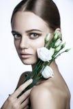 Le mannequin calme Woman de beauté font face Portrait avec la fleur de Rose blanche Image libre de droits