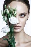 Le mannequin calme Woman de beauté font face Portrait avec la fleur de Rose blanche Images stock