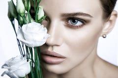 Le mannequin calme Woman de beauté font face Portrait avec la fleur de Rose blanche Photo stock