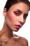 Le mannequin de beauté avec le rose rougissent et des lèvres Photo stock