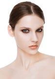 Le mannequin de beauté avec le smokey observe le maquillage photographie stock