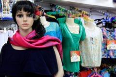Le mannequin s'est habillé dans l'habillement coloré au centre commercial local, Fidji, 2015 Photos libres de droits