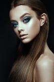 Le mannequin Woman avec l'imagination composent Cheveux bruns longtemps de soufflement photos stock
