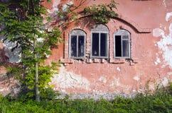 Le manoir trois abandonné historique ruine les fenêtres et le mur Image stock