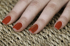 Le manque rouge spécial d'ongle avec shinning partie sur un doigt Photo stock